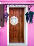 与彩色玻璃的桃红色房子门 库存照片