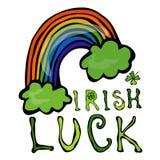 与彩虹和三叶草的爱尔兰运气商标 库存照片