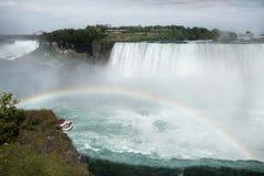 与彩虹和小船的尼亚加拉大瀑布加拿大边 免版税图库摄影