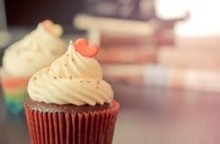 与彩虹心脏的巧克力杯形蛋糕华伦泰的 库存图片
