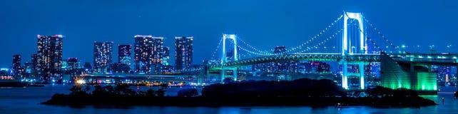 与彩虹桥的东京,日本地平线在晚上 免版税库存图片