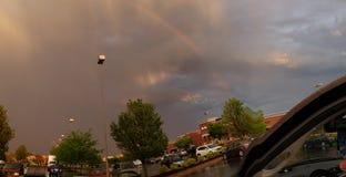 与彩虹的恼怒的天空 免版税图库摄影