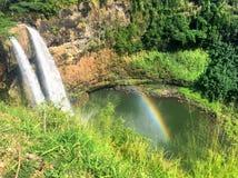与彩虹的瀑布在Wailua在考艾岛夏威夷落 免版税图库摄影