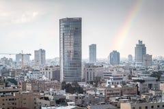 与彩虹的现代都市风景视图 免版税库存图片