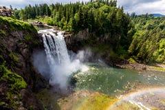 与彩虹的美丽的Snoqualmie瀑布在薄雾 库存图片