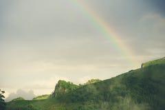 与彩虹的美好的山风景 库存照片
