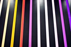 与彩虹色垂直条纹的五颜六色的背景 免版税库存图片