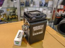 与影片卷的古色古香的照相机  免版税库存照片