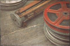 与影片和一个老三脚架的一个卷轴 免版税库存图片