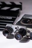 与影片clapperboard的老电影摄影机 库存图片