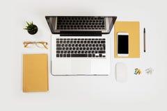 与很多事的白色办公桌桌对此 r 免版税库存图片
