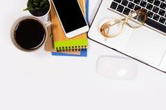 与很多事的白色办公桌桌对此 r 免版税图库摄影