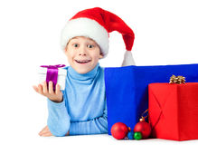与很多圣诞节礼品的愉快的孩子 免版税库存图片