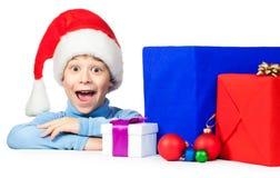 与很多圣诞节礼品的愉快的孩子 免版税图库摄影