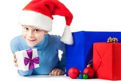 与很多圣诞节礼品的愉快的孩子 库存图片