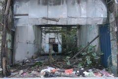 与很多垃圾的被放弃的大厦 免版税图库摄影
