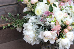 与很多嫩花的美丽的婚礼花束 免版税库存图片