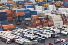 与很多容器的一港口商务 免版税库存照片