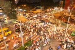 与很多汽车的交通堵塞在胡志明市路  越南 快速的射击 图库摄影