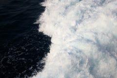 与很多海泡沫的深蓝海波浪 场面从上面看了 免版税库存照片