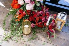 与很多鲜花和蜡烛的婚礼曲拱在地板上 花装饰 图库摄影