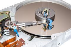 与微型人民的创造性的概念 修理硬盘的工作者 库存图片