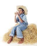 与微小的垫铁的小男孩蓝色 免版税图库摄影