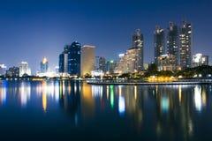 与微明的都市风景和塔 库存图片