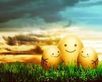 与微笑图画的三个复活节彩蛋 免版税图库摄影