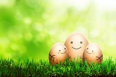 与微笑图画的三个复活节彩蛋 免版税库存照片