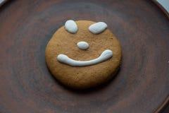 与微笑的一个姜饼曲奇饼在板材 免版税库存图片