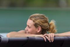 与微笑的女性面孔在背景森林湖 图库摄影