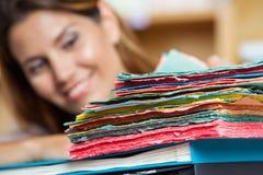 与微笑的女推销员的多色纸  免版税图库摄影