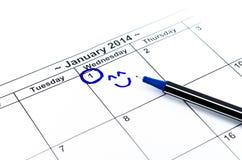 与微笑的蓝色圈子。在日历的标记在2014年1月1日 库存图片