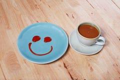与微笑面孔的简单的早餐在盘 免版税库存图片