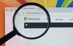 与微软主页的苹果计算机iMac在放大镜下的显示器屏幕上 微软主页  在个人计算机计算机上的com 库存照片