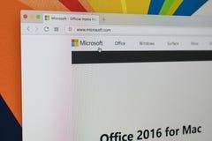 与微软主页的苹果计算机iMac在显示器屏幕上 微软主页  在个人计算机计算机上的com 图库摄影