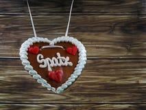 与德国宠物的名字, Spatz的原始的巴法力亚姜饼心脏,从慕尼黑,在木背景的慕尼黑啤酒节 免版税库存照片