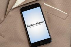 与德国新闻媒体法兰克福汇报商标的黑iPhone在屏幕上的 免版税库存照片