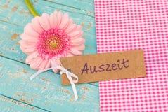 与德国词, Auszeit,手段暂停的礼物标记或放松 免版税库存照片