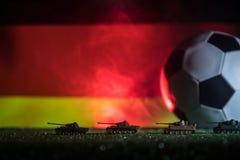 与德国队旗子的足球和在草的老葡萄酒世界大战坦克 选择聚焦 免版税库存图片