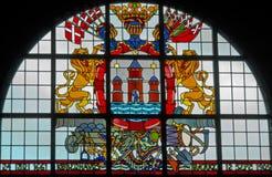 与徽章的彩色玻璃窗 免版税库存照片