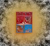 与徽章的徽章阿帕季特的,从苏联的系列'城市的摩尔曼斯克地区' 特写镜头 Faleristics 库存图片