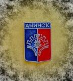 与徽章的徽章阿钦斯克,克拉斯诺亚尔斯克的从苏联的系列'城市的krai' 特写镜头 Faleristics 库存照片