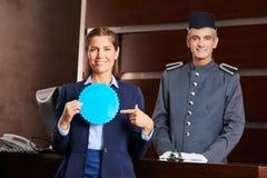 与徽章的接待员和旅馆conciergie 库存图片