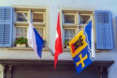 与徽章的旗子小行政区和城市的房子的, Zur 免版税图库摄影