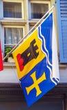 与徽章的旗子小行政区和城市的房子的, Zur 库存照片