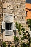 与徽章的窗口 杜布罗夫尼克市 克罗地亚 免版税库存图片