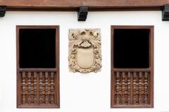 与徽章的老大厦门面 免版税库存照片