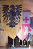 与徽章的骑士旗子集合在堡垒的废墟的大厅里在老城英亩在以色列 免版税图库摄影